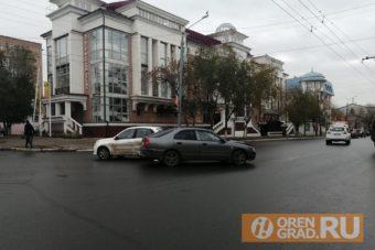 авария в Оренбурге на пересечении Чичерина и Пушкинская
