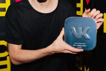 ВКонтакте наградила радио DFM за 1,5 миллионов подписчиков