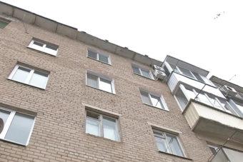 Кабельные компании помешали ремонту крыши дома по улице Алтайская,12