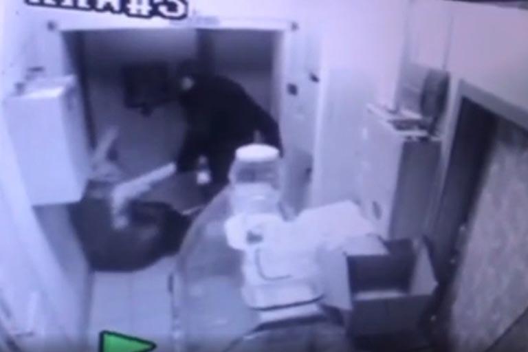 В Оренбурге молодой человек ограбил магазин и избил сотрудника