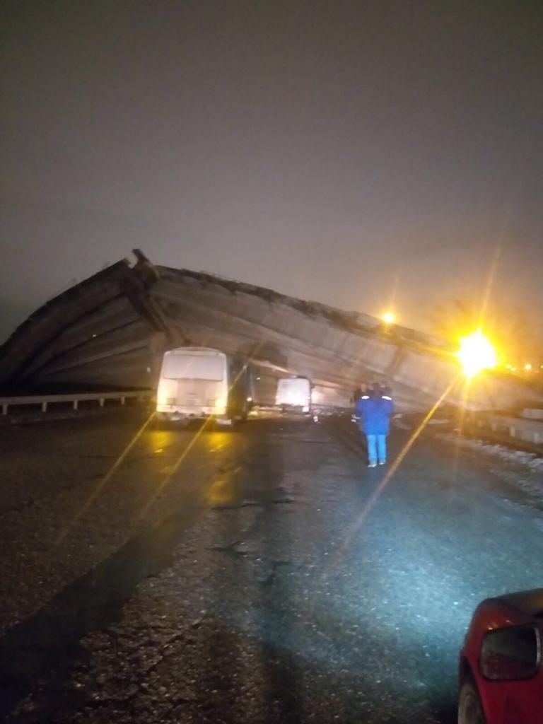 В Оренбурге во время обрушения моста пострадали два человека.  Территория оцеплена