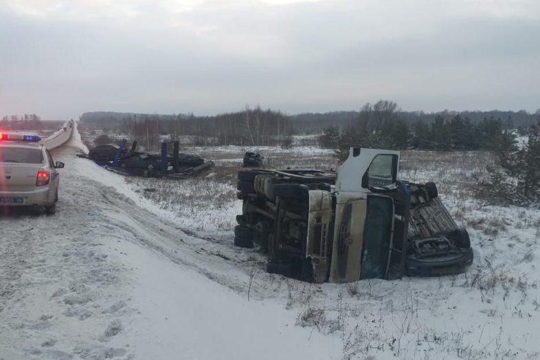 В Оренбургской области перевернулся автовоз, разбиты 8 автомобилей