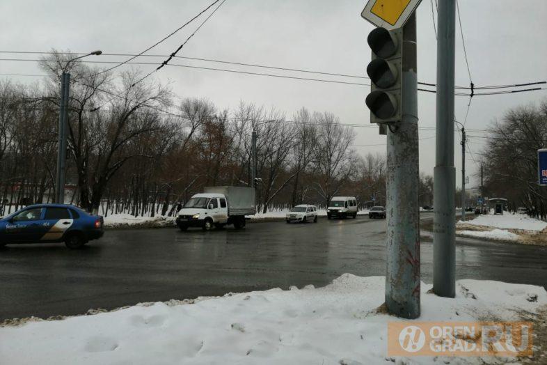 затруднено движение на перекрестке улиц театральная и волгоградская. не работает светофор