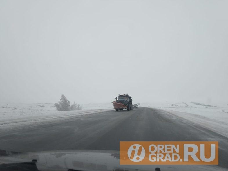 На трассе Оренбург - Орск дорожники работают в круглосуточном режиме
