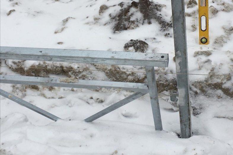 В Оренбурге ставят забор прямо в снежный сугроб