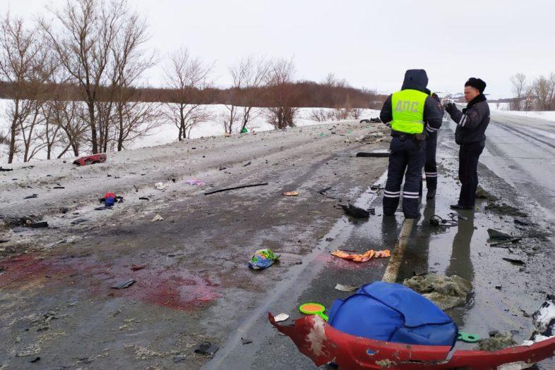 На трассе Оренбург-Орск легковушка столкнулась с грузовиком