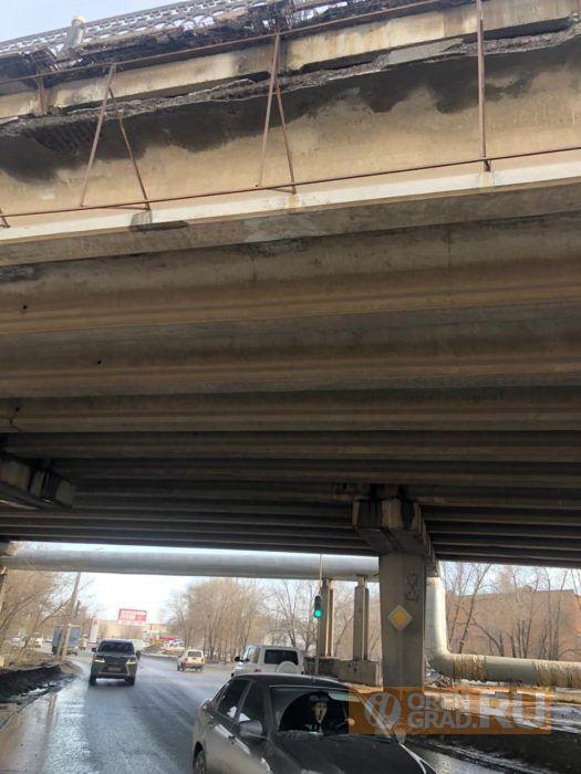 Мост в Оренбурге начал рушиться на машины