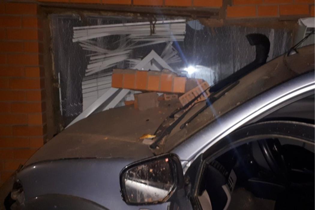 В Сорочинске в жилой дом въехал автомобиль