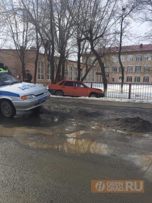 В Оренбурге машина влетела в дерево