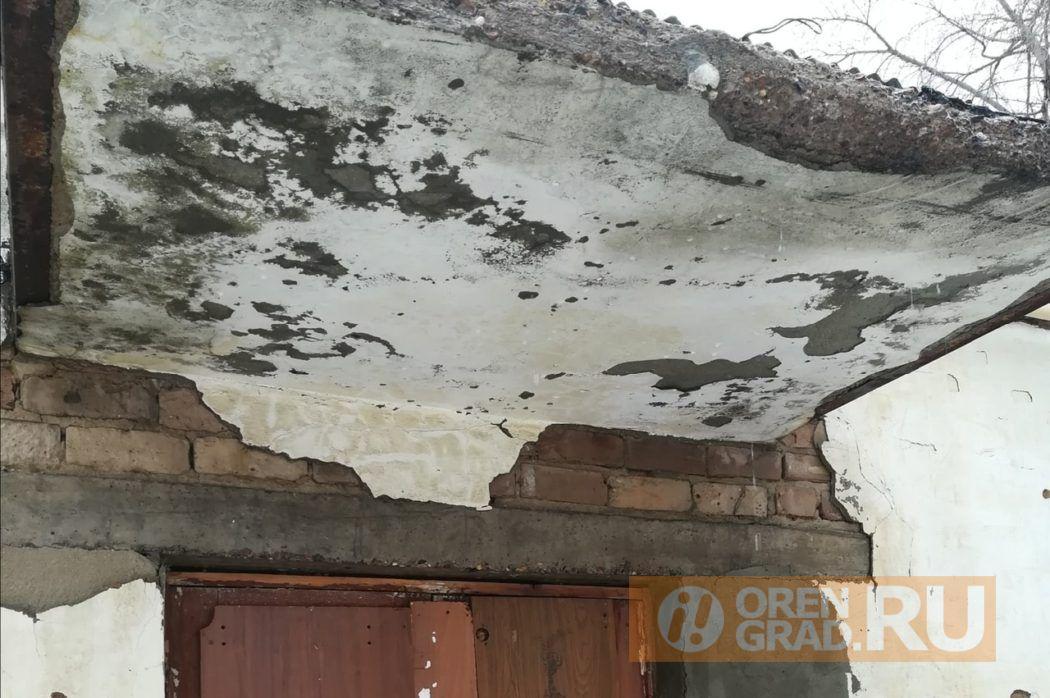В Оренбурге в жилом доме не прекращается капель с января