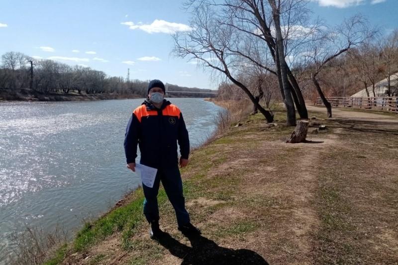 На берегу Урала сотрудники МЧС провели рейды