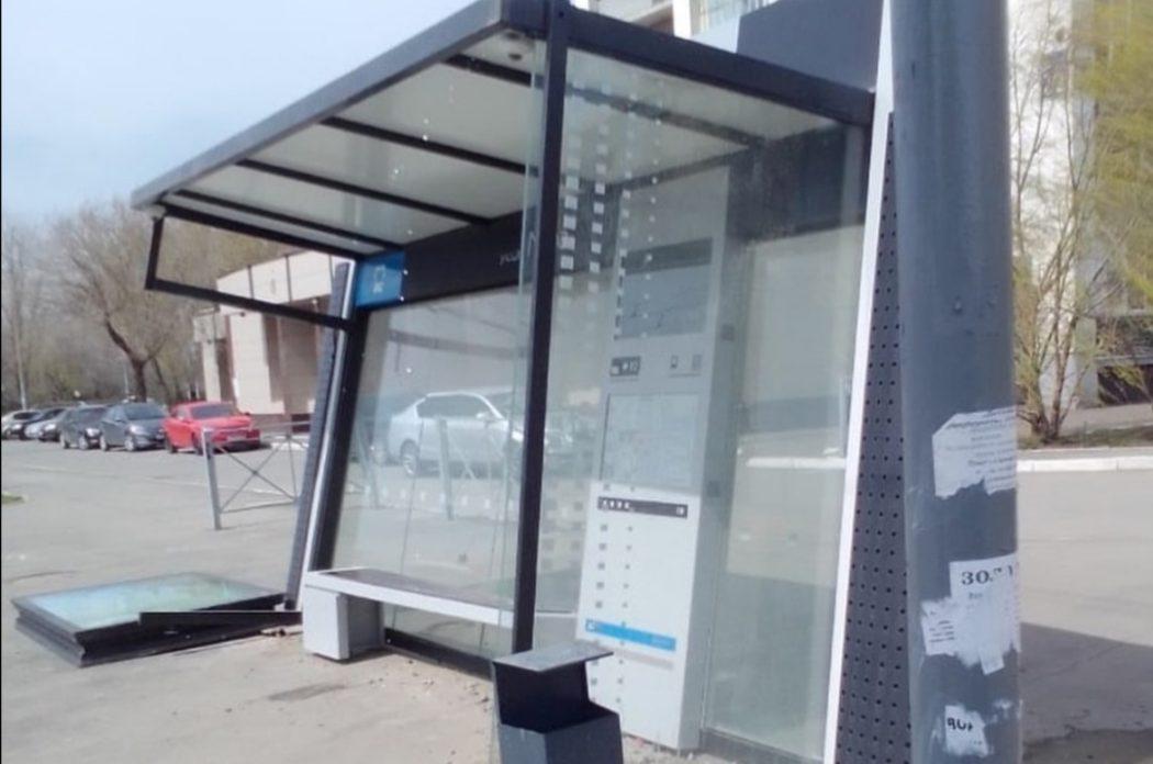 На улице Карагандинской у магазина ветром снесло крышу