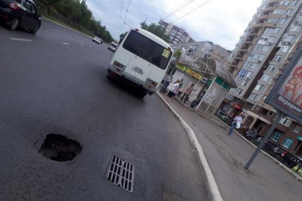 В Оренбурге на улице Чкалова провалился асфальт