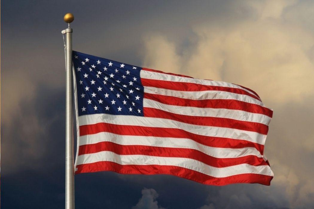 Футбол, воскресный труд, наждачная бумага и американский флаг