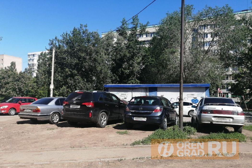 Оренбургские автомобилисты устроили парковку на газоне одного из дворов города