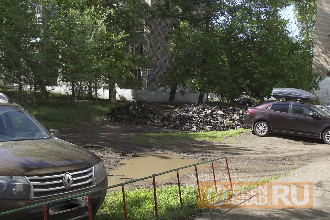 В Оренбурге в Степном поселке асфальтируют траву и деревья