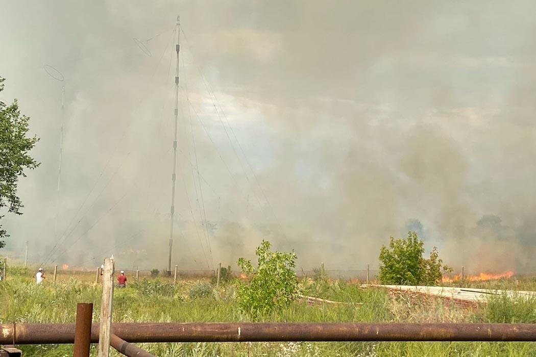 В поселке Ростоши города Оренбурга горит поле около воинской части
