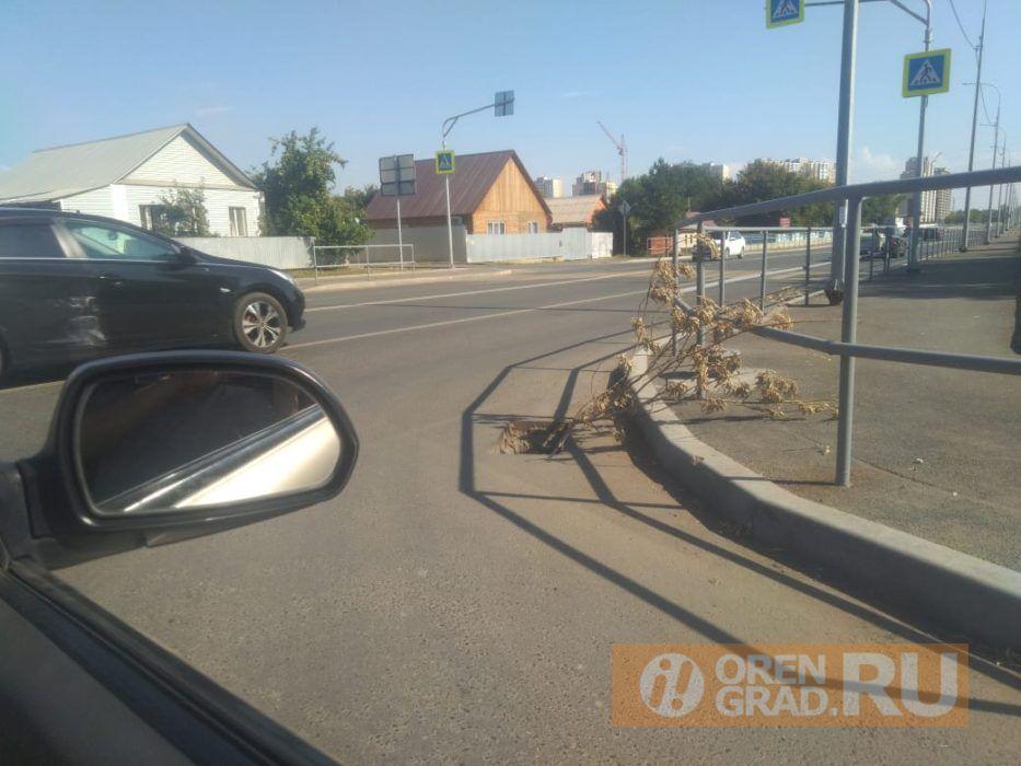 В Оренбурге на протяжении нескольких недель не могут закрыть ливневку