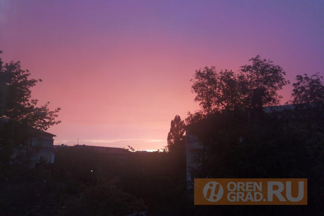 Оренбуржцы делятся фотографиями необычного заката