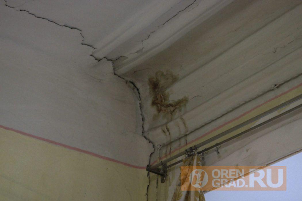 Пожилая оренбурженка вынуждена жить под протекающей крышей