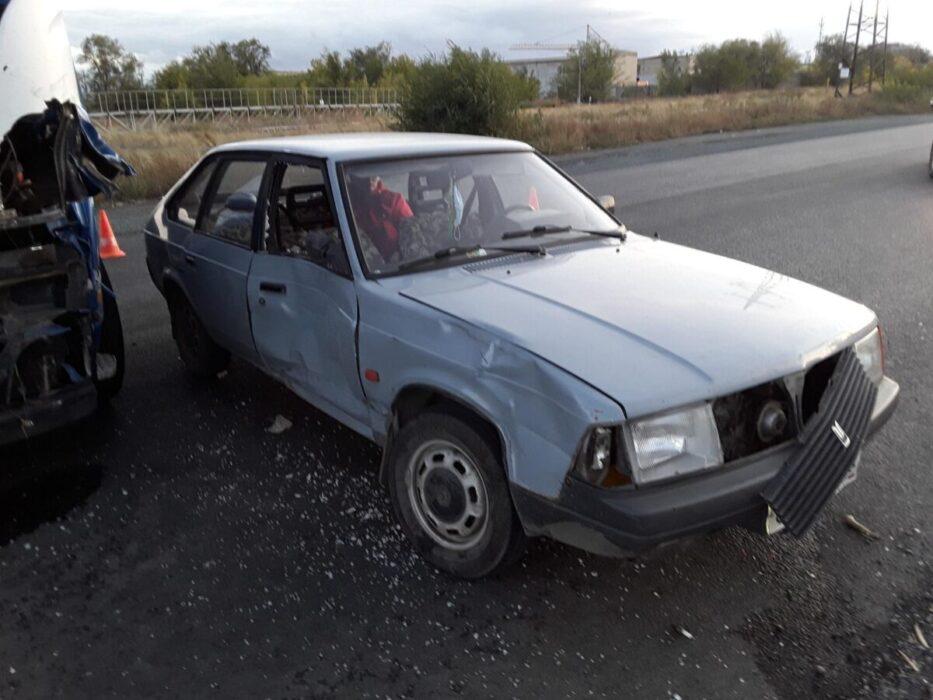 """В Орске водитель грузовика """"Скания"""" разбил 3 встречных автомобиля"""