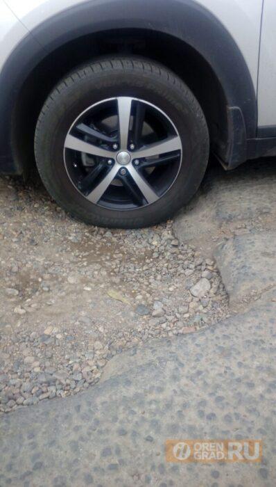 Оренбуржцы жалуются на дорожные ямы, а ремонт дорог не выполнен даже наполовину