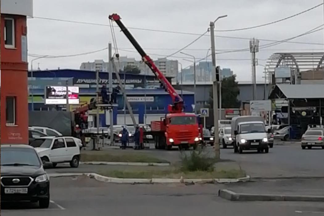 В Оренбурге грузовик снес бетонный столб