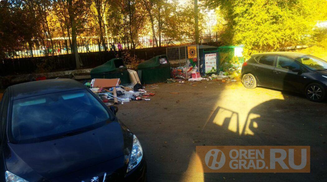 В Оренбурге из-за припаркованных машин невозможно вывезти мусор