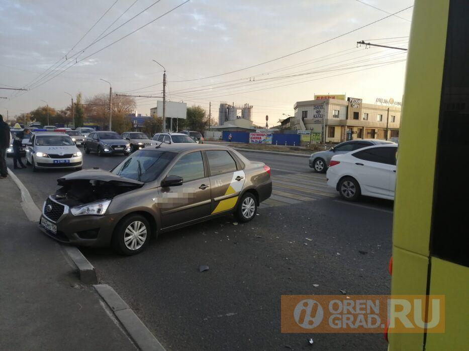 В Оренбурге в ДТП на улице Донгузcкой пострадал пассажир такси