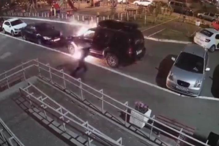 В Оренбурге на улице Карпова неизвестный поджег автомобиль