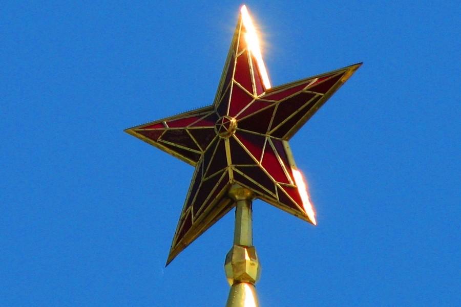 Рубиновая звезда, экспедиция МКС-1 и последний Император. День в истории