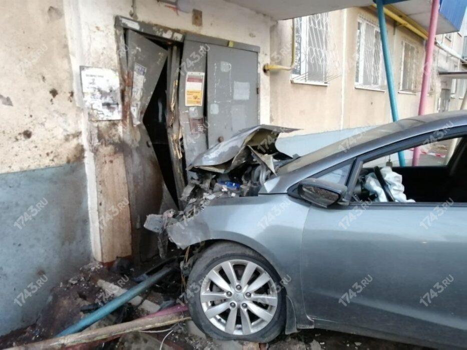 В Оренбурге водитель KIA врезался в подъезд
