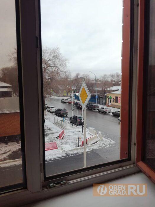 Администрация Оренбурга прокомментировала установку высокого дорожного знака