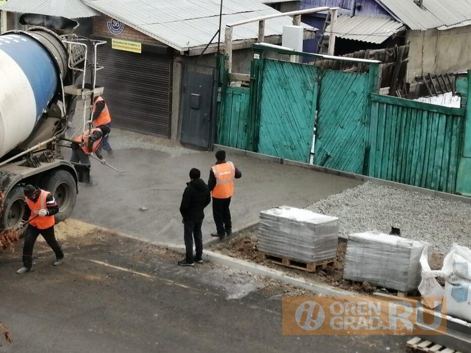 В Оренбурге на улице Комсомольской забетонировали ворота в жилой дом