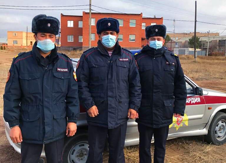 В Новоорске сотрудники Росгвардии спасли жителей из горящего дома