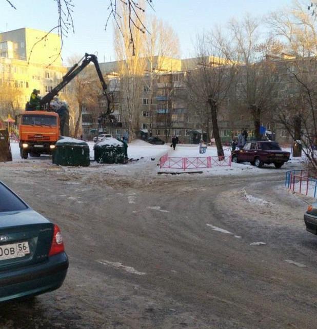 В Оренбурге на проспекте Дзержинского, 15 вышли из строя контейнеры для сбора ТКО