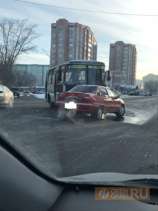 В Оренбурге на улице Салмышской столкнулись пассажирский автобус и иномарка