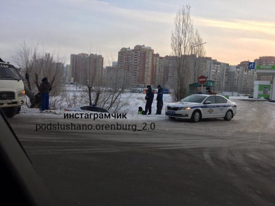 В Оренбурге автомобиль ДПС съехал в кювет