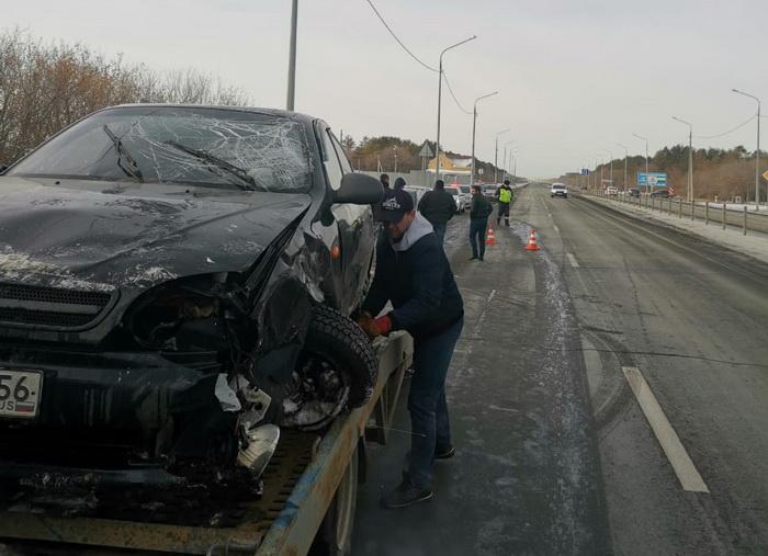 Из перевернутой машины под Оренбургом спасли троих человек