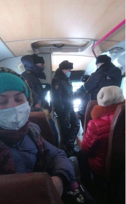 Оренбургский ОМОН использует дубинки во время задержания протестующих