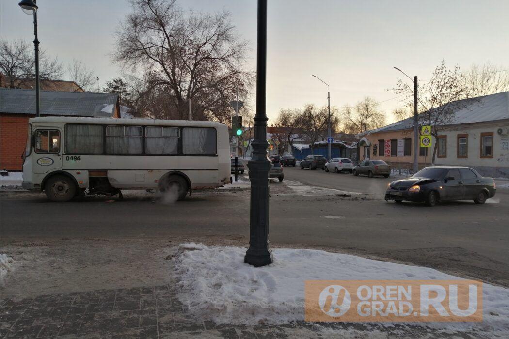 """В центре Оренбурга столкнулись пассажирский автобус и """"Лада"""""""