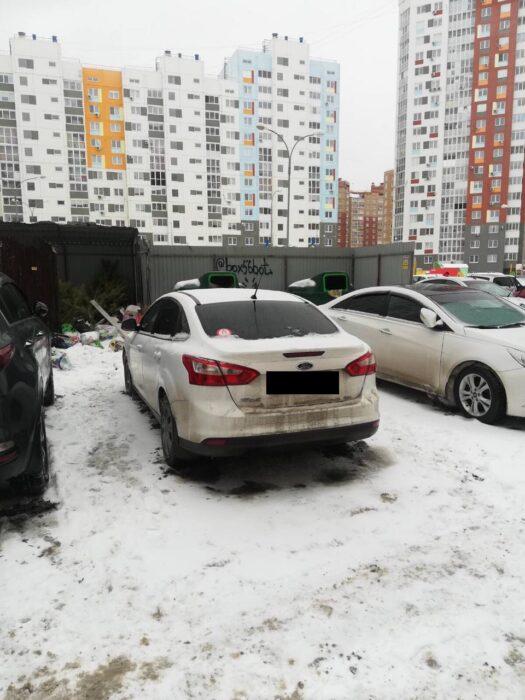 В Оренбурге подъезд к контейнерным площадкам блокируют автомобили