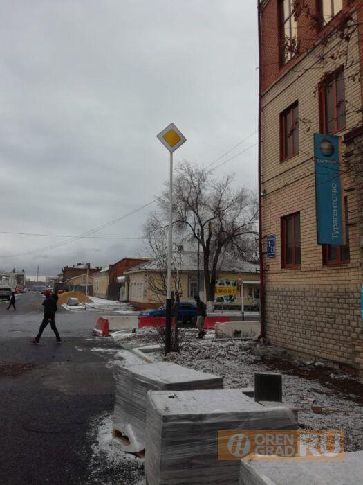В Оренбурге для обозначения ямы используют «новые» технологии