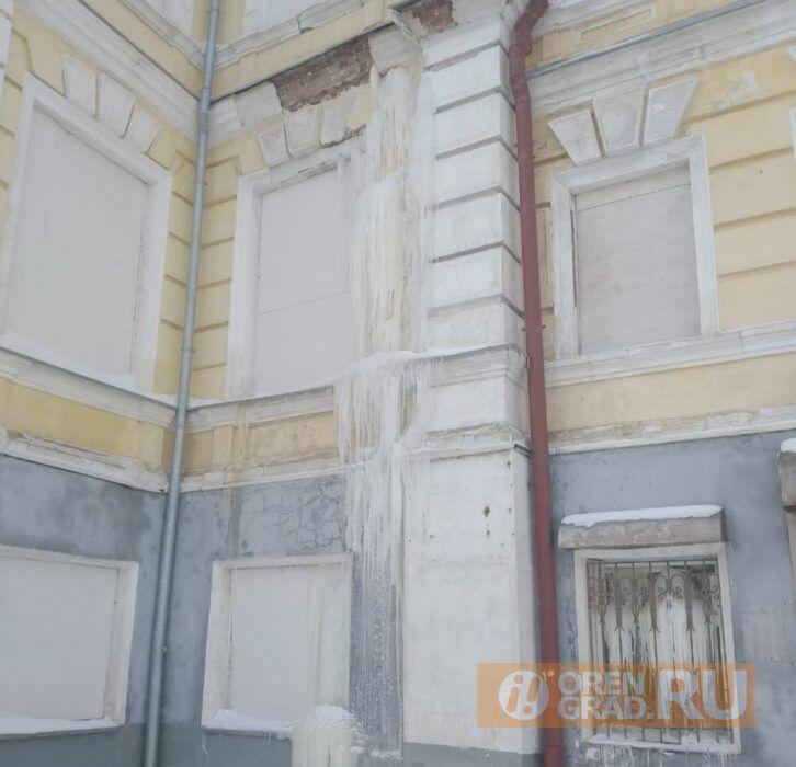 В жилой части оренбургской «летки» до сих пор не устранили коммунальную аварию