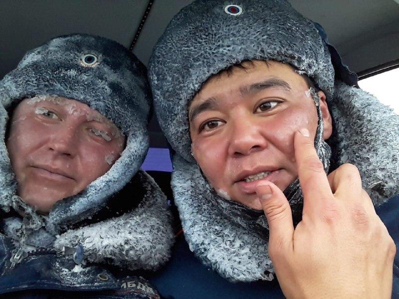 Под Новоорском в метель инспектор ДТП помогал водителям автомобилей