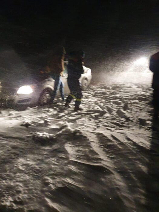 В Оренбуржье из снежного плена спасли два автомобиля