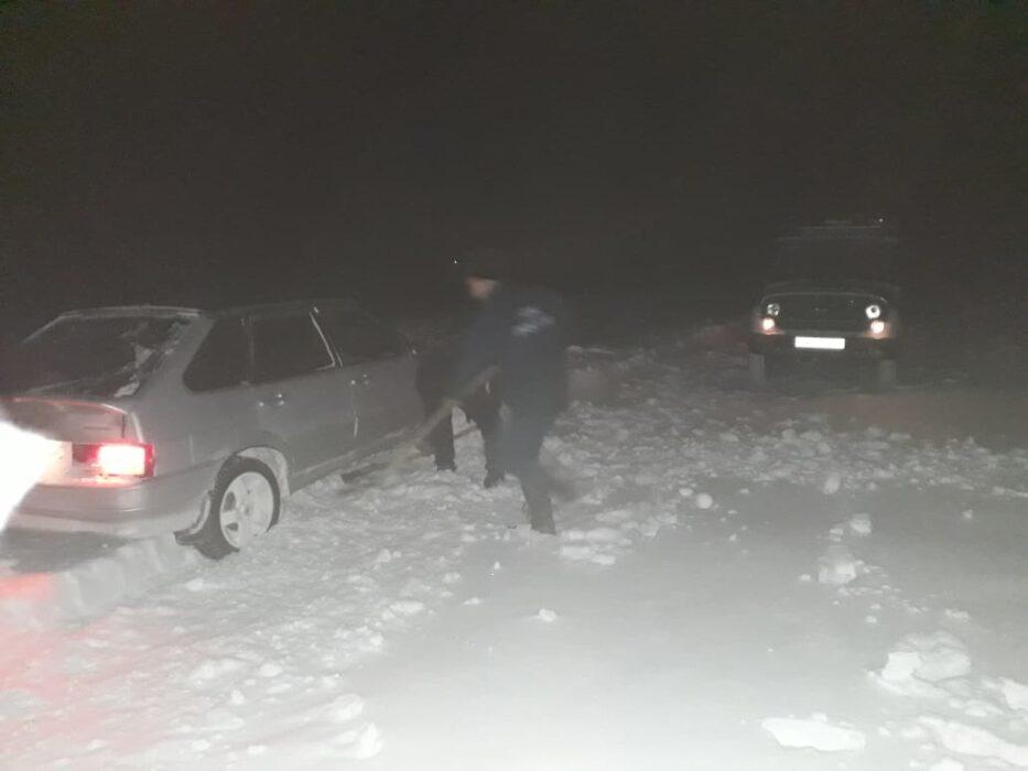 """В Кувандыке спасатели освободили из снежного плена автомобиль """"Лада"""""""