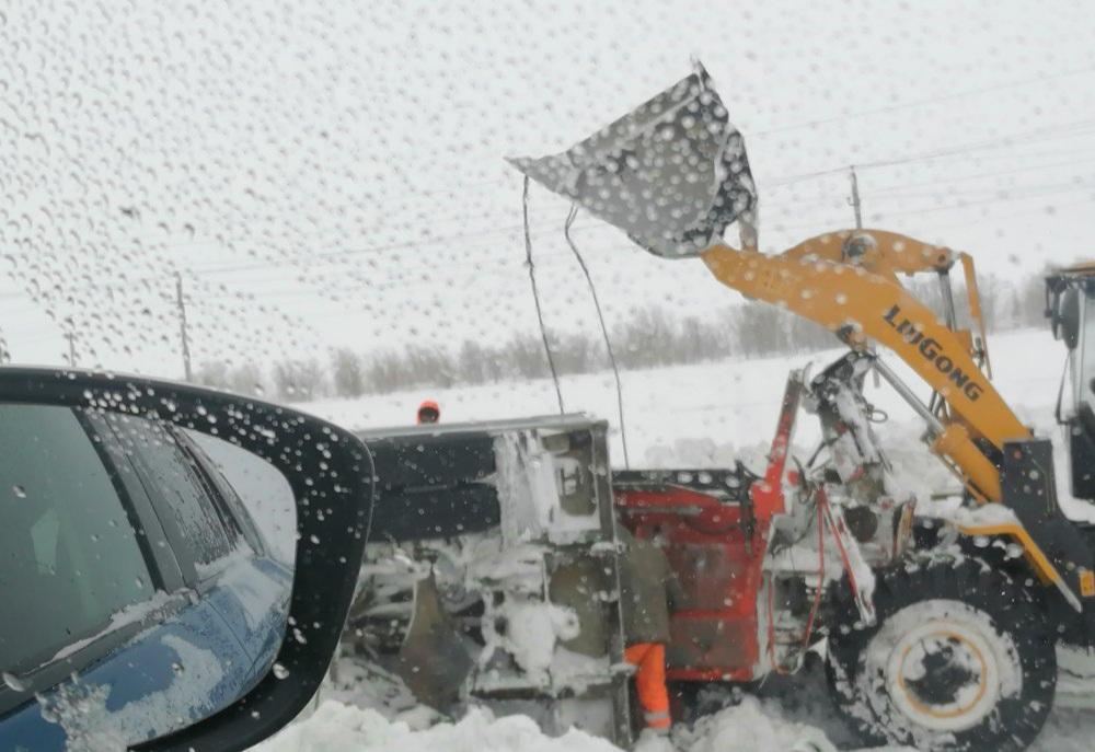В Гае с трассы слетела снегоочистительная машина