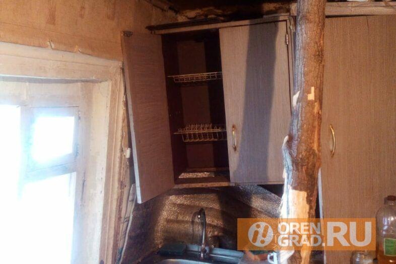 В Саракташе детей из семьи, которая проживает в разрушающемся доме, поместили в социальный центр