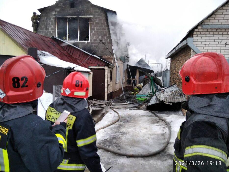 В Оренбурге на улице Томилинской загорелся частный дом